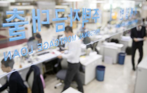 주택담보대출 변동금리가 또 오른다. 사진은 시중은행 대출창구의 모습.[연합뉴스]