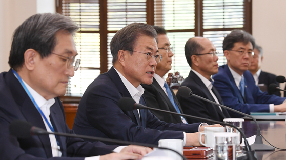 문재인 대통령(왼쪽 두 번째)이 15일 오후 청와대에서 열린 수석보좌관회의에서 모두발언을 하고 있다. [청와대사진기자단]