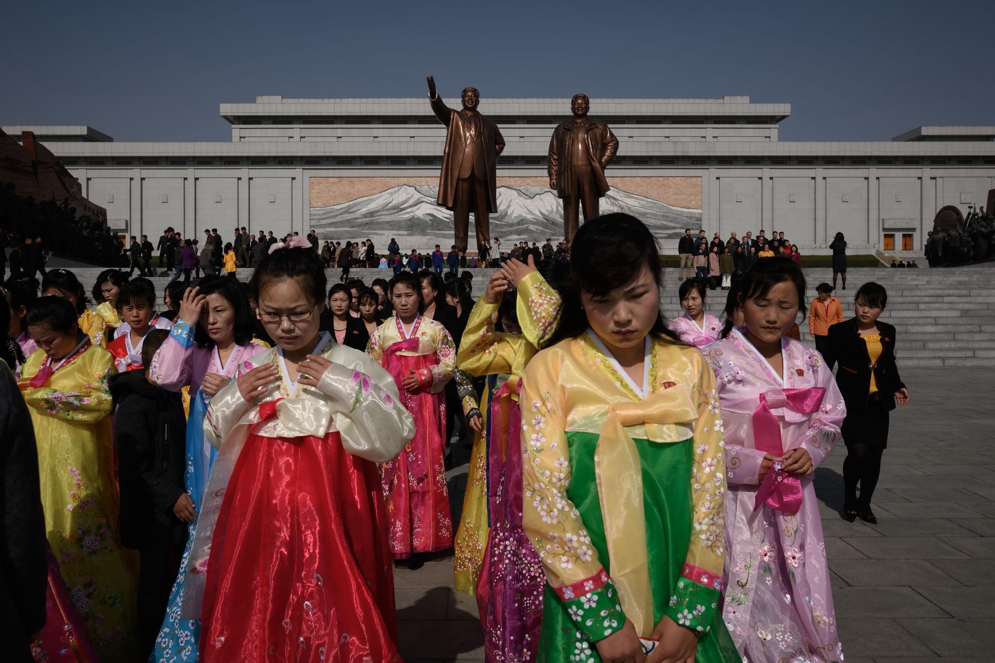 한복을 입은 북한 여성들이 '태양절'인 15일 만수대에서 김일성 김정일 동상을 참배한 뒤 돌아나오고 있다. [AFP=연합뉴스]