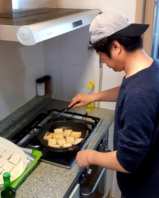 두부 조림 만들기. 굵은 소금을 쳐서 두부의 물기를 빼고 들기름과 식용유에 부쳐서 당근, 양파, 마늘, 간장, 물엿 등과 조린다. [사진 박헌정]