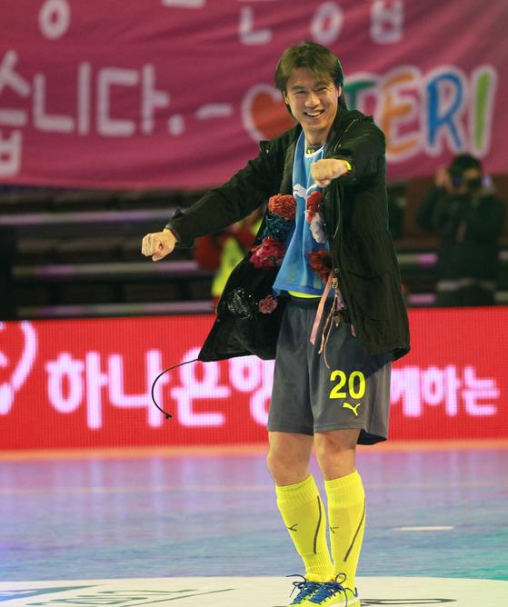 홍명보 자선축구경기는 지난해까지 16년 동안 대한민국 스포츠계의 대표적인 스포츠자선행사로 자리매김했다. 지난 2012년 자선경기에서 '꽃거지'로 변신해 댄스를 선보이는 홍명보 이사장. [중앙포토]
