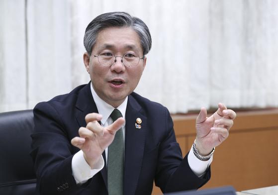 성윤모 산업통상자원부 장관은 섬유패션·소재장비·미래차 등 제조업 활력을 높여 산업 경쟁력을 강화해야 한다고 강조했다. [임현동 기자]