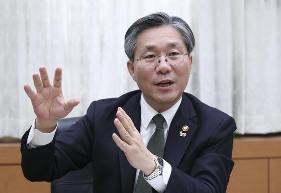 중앙일보와 인터뷰하고 있는 성윤모 산업통상자원부 장관. 임현동 기자