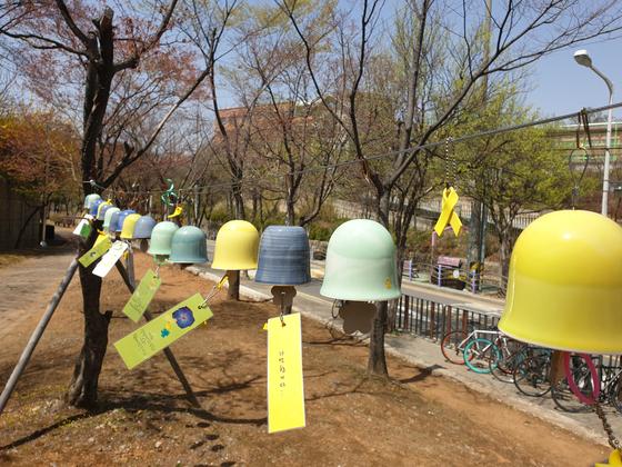 오늘 16일은 세월호 참사 5주기다. 사진은 경기도 안산 원고장공원에 세월호 유가족과 시민들이 설치한 풍경. 이병준 기자