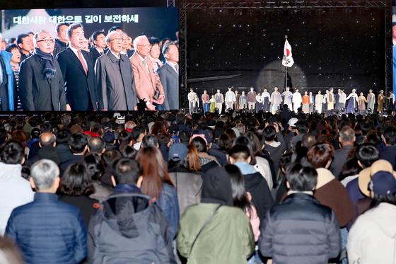 '100주년 대한민국임시정부수립 기념식'이 11일 저녁 서울 여의도 공원 문화의 광장에서 열렸다. 기념식에서 이낙연 총리를 비롯해 독립유공자와 유족들이 애국가를 부르고 있다. [연합뉴스]