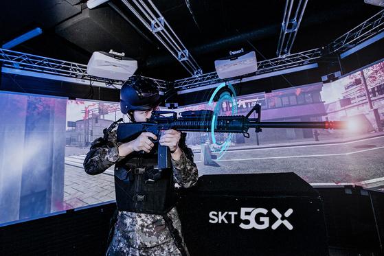 육사 생도가 VR 기반 정밀사격훈련 시뮬레이터로 전시 상황 사격훈련을 받고 있다. [사진 SK텔레콤]