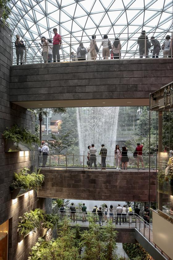지난 11일 싱가포르 창이공항의 신청사 '주얼 창이'를 찾은 취재진이 초대형 실내정원을 촬영하고 있다.[EPA=연합뉴스]