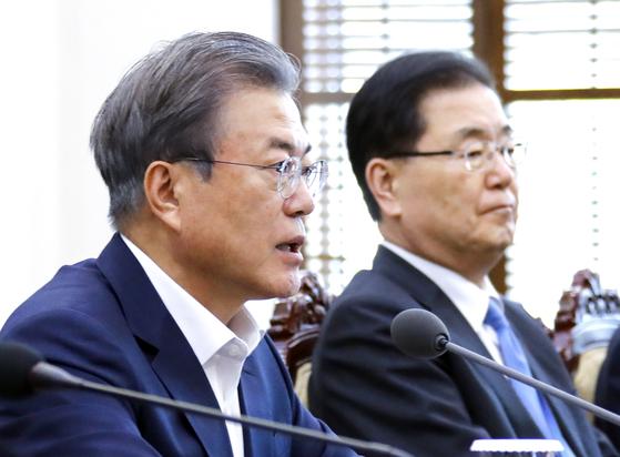 문재인 대통령이 15일 오후 청와대 여민관에서 열린 수석·보좌관 회의에서 발언하고 있다. 오른쪽은 정의용 국가안보실장.연합뉴스