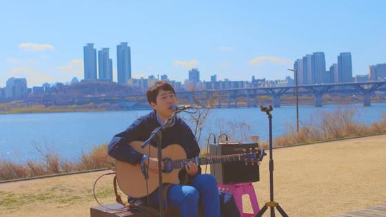 장범준의 신곡 '노래방에서' 버스킹 비디오의 한 장면. 곳곳에서 노래하는 모습을 담았다. [사진 유튜브캡처]