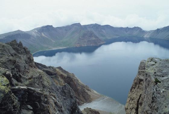 백두산 천지. 천지 아래에는 마그마 방이 존재하고 마그마가 분출할 때 호수와 만나면 마그마가 급격히 냉각되면서 폭발적 분화가 일어날 것으로 전문가들은 예상하고 있다. [중앙포토]