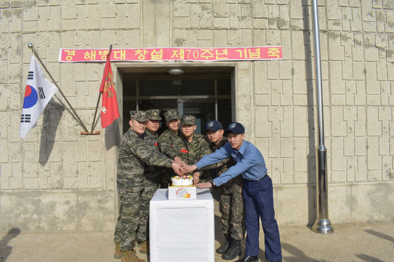 4월 15일 해병대 창설 기념일을 맞아 인천시 강화군 우도의 해병대원과 해군장병이 케이크를 자르고 있다. [사진 해병대]
