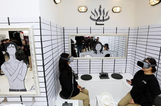 5G의 초고속 저지연성으로 생생한 웹툰을 VR로 즐길 수 있게 된다.서울 서초구 LG 유플러스 팝업스토어 '일상로 5G'의 가상현실(VR) 웹툰존. [뉴스1]