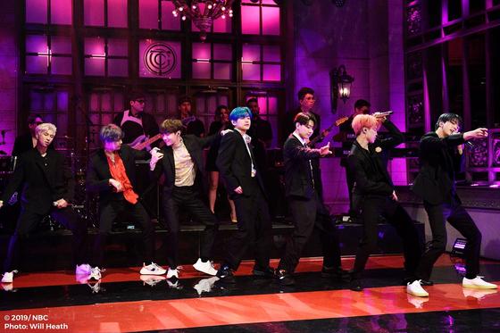 방탄소년단이 13일(현지시간) 미국 NBC 방송에서 생방송 된 'SNL'에서 컴백 무대를 선보였다. [미국 NBC, Will Heath 제공=연합뉴스]
