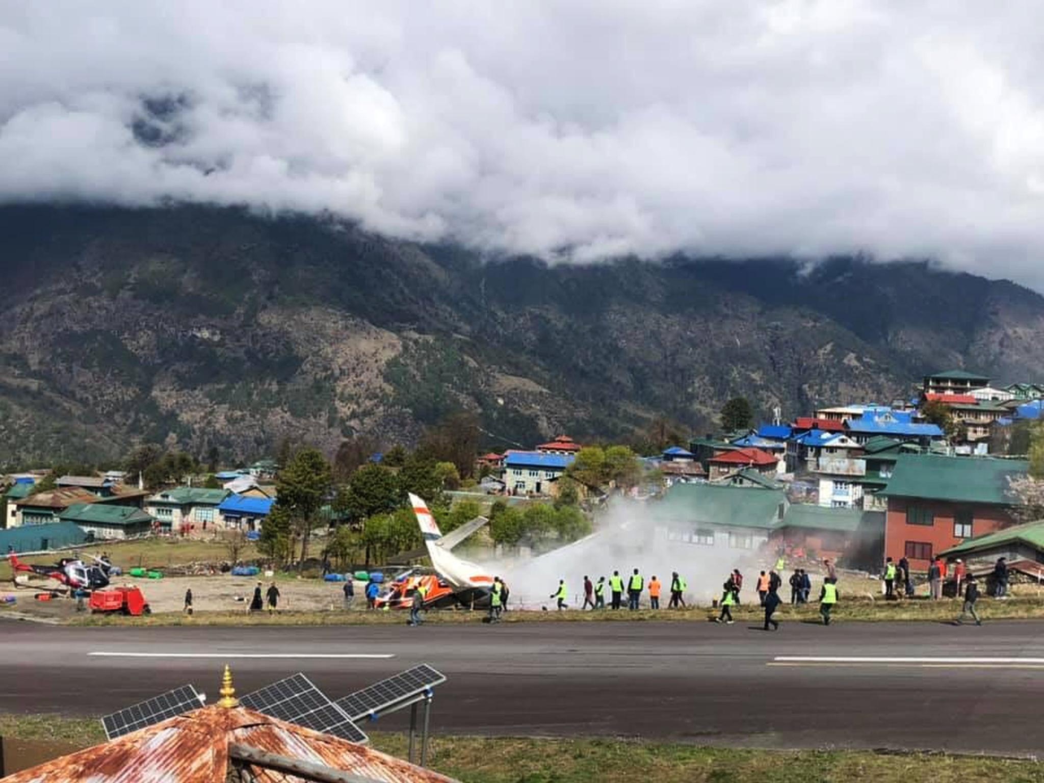 14일(현지시간) 네팔 에베레스트산 관문 루클라의 텐징-힐러리 공항에서 서미트항공 소속 소형비행기가 이륙 도중 주기된 헬리콥터와 충돌했다. [신화=연합뉴스]