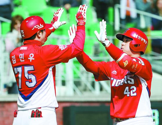 5회 초 동점 홈런을 날린 뒤 김민우 코치와 하이파이브를 하는 KIA 한승택(오른쪽). 전날 경기에선 9회 초 결승 만루 홈런을 터뜨려 극적인 역전승의 주인공이 됐다. [연합뉴스]