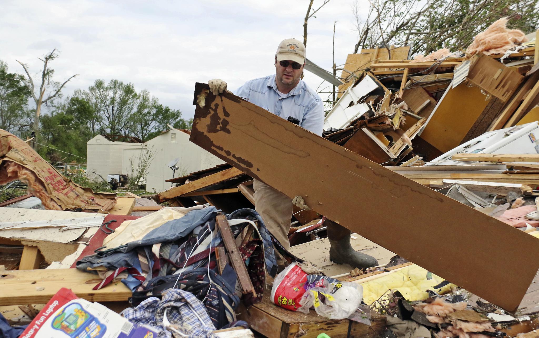 14일(현지시간) 미 미시시피 해밀턴 한 주민이 폭풍으로 무너진 집을 정리하고 있다.[AP=연합뉴스]