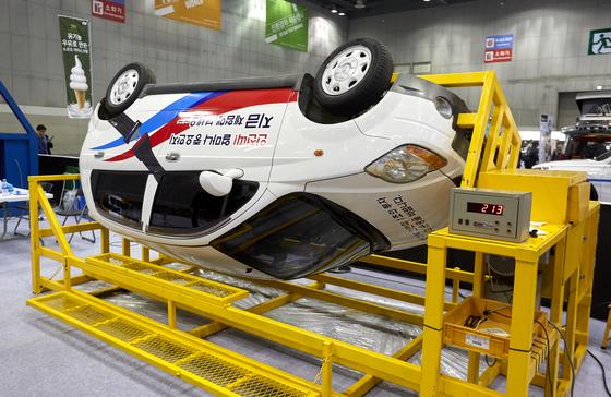 안전벨트 시뮬레이터로 차량이 전복됐을 때를 경험하며 안전벨트 착용의 중요성을 느낄 수 있는 체험.