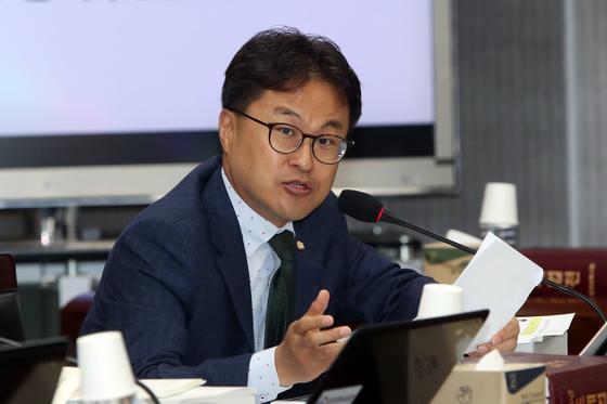 전 직장 동료를 강제추행한 혐의로 고소당한 김정우 더불어민주당 의원이 혐의를 부인했다. [연합뉴스]