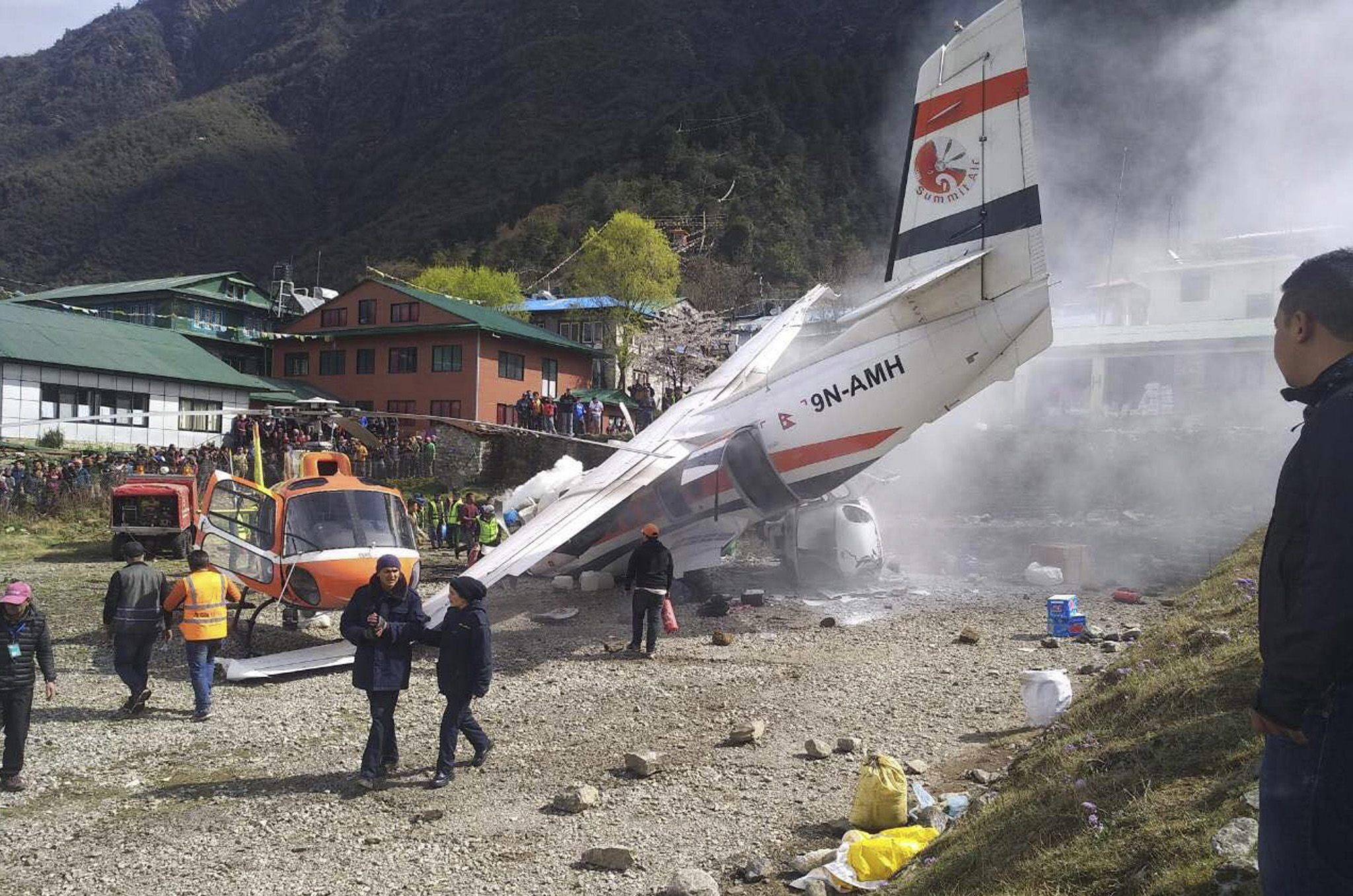 14일(현지시간) 네팔 에베레스트산 관문 루클라의 텐징-힐러리 공항에서 서미트항공 소속 소형비행기가 이륙 도중 주기된 헬리콥터와 충돌했다. [EPA=연합뉴스]