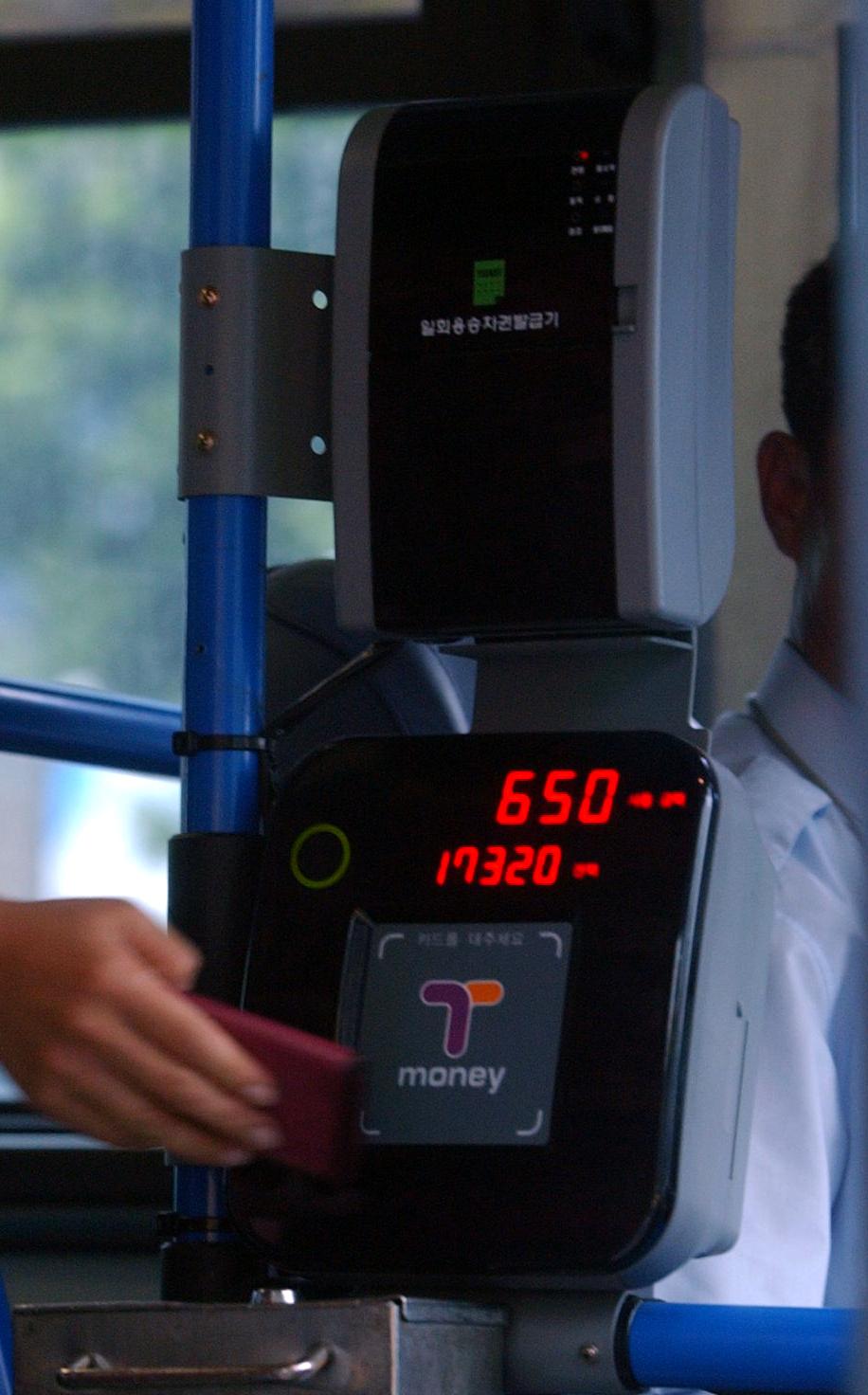 버스 요금은 2015년 인상된 이후 4년 가까이 동결돼 있다. [중앙포토]
