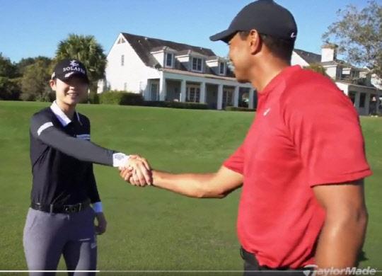 지난 2월 한 골프용품사 광고 촬영장에서 깜짝 만난 박성현(왼쪽)과 타이거 우즈. [사진 우즈 트위터]
