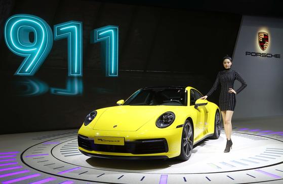 포르쉐는 '신형 911 카레라 4S'를 국내 최초 공개했다. 정지 상태에서 100㎞/h까지 가속하는 데 3.6초가 걸리며, 최고 속도는 306㎞/h를 자랑한다.