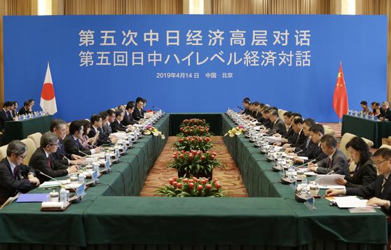지난 14일 고노 다로 일본 외무상과 왕이 중국 외교부장 등이 배석한 가운데 중국 베이징에서 '중일 고위급 경제대화'가 열리고 있다. [AP=연합뉴스]
