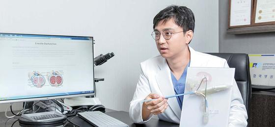 """구진모 원장은 '발기부전 수술은 40년 넘게 적용되며 안전성과 효과가 검증된 치료""""라고 강조했다. 프리랜서 김동하"""