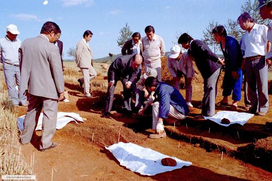 1982년 있었던 제암리 학살 만행 유해 발굴 현장 [사진 화성시]