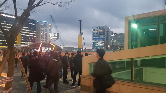 지난 10일 오후 6시30분 판교역 2번출구 앞에 퇴근하려는 직장인들이 모여들고 있다. 박민제 기자