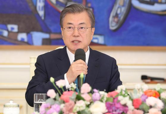 문재인 대통령이 15일 WTO의 일본 수산물 분쟁에서 승소 판결을 이끈 소송대응단에 치하의 뜻을 전했다. [연합뉴스]