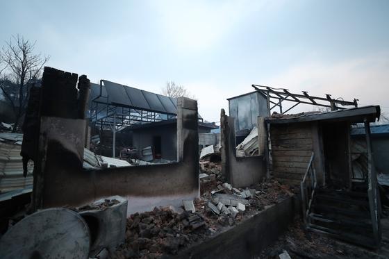 지난 5일 오전 전날 강원도 고성군 토성면에서 시작된 산불이 번진 속초시 장천마을에서 가옥들이 불에 타 무너져 있다. [연합뉴스]