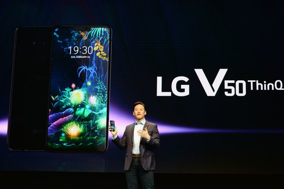 LG전자는 지난 2월 스페인 바르셀로나에서 열린 'MWC 2019'에서 듀얼 스크린을 결합한 5G 스마트폰 LG V50씽큐를 소개했다. [사진 LG전자]