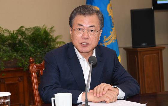 문재인 대통령이 15일 청와대에서 열린 수석·보좌관 회의에서 모두발언을 하고 있다. [청와대사진기자단]