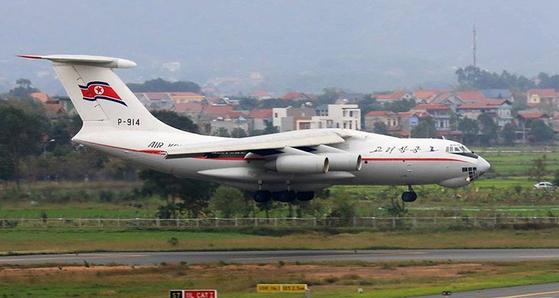 지난 2월 24일 오전 북한 고려항공 비행기가 베트남 하노이 공항에 착륙하고 있다. [뉴시스]