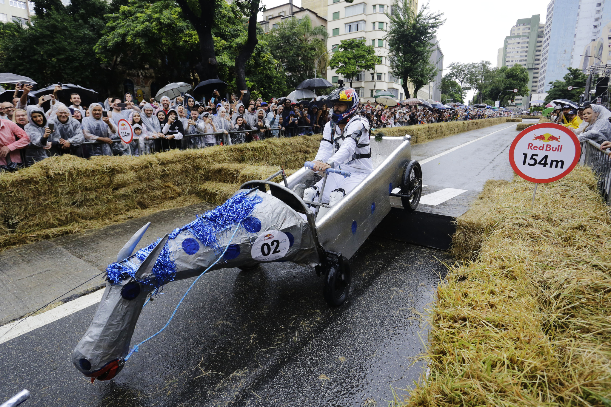 말 모양의 차를 탄 참가자들이 14일(현지시간) 브라질 상파울루에서 열린 '레드불 소프박스 레이스'에서 장애물을 통과하고 있다. [AP=연합뉴스]