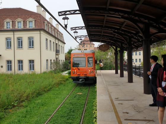 스위스식 전차(트램)가 7~8분 간격으로 캠퍼스 부지 전체를 순환 운행한다. 김경진 기자
