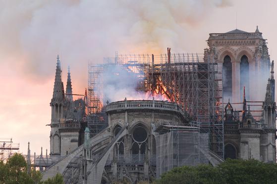 15일 저녁(현지 시간) 프랑스 파리 노트르담 대성당에서 화재가 발생, 연기와 불길이 솟구치고 있다. [연합뉴스]
