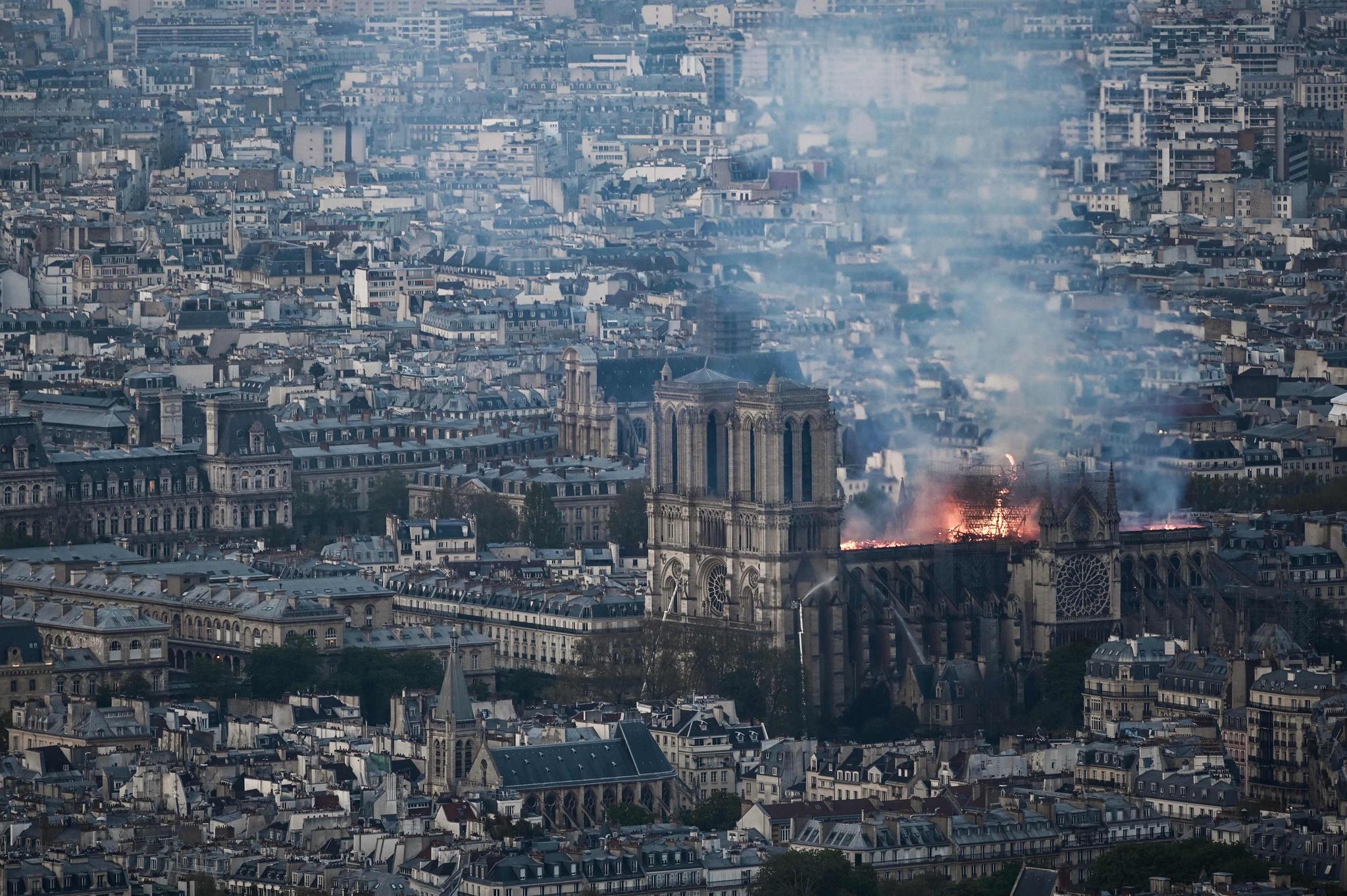15일(현지시간) 파리 중심부에 있는 노트르담 대성당에 발생한 화재로 연기와 불꽃이 피어오르고 있다. [AFP=연합뉴스]
