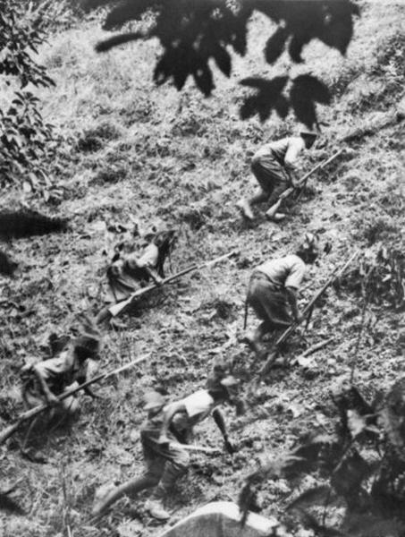 1942년 1월 14일, 쿠알라룸푸르에서 싱가포르로 가는 중간에 위치한 게마스 점령에 나선 일본군. 태평양 전쟁 초기에 일본은 급속도로 점령지를 늘려갔다. [사진 wikimedia]