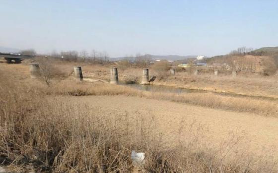 안성시 죽산면 청미천에 남아 있는 철교 교각. 일제는 안성에서 장호원에 이르는 철도를 폐선시키고 철재를 수거해 갔다. [사진 카카오맵 캡쳐]