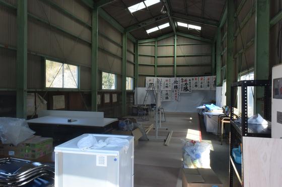 가가미하라 신이치로 의원이 선거사무소로 쓰려고 했던 창고. 현의원 선거에 출마했으나, 무투표로 당선되는 바람에 창고엔 잡동사니만 굴러다니고 있다. 윤설영 특파원.