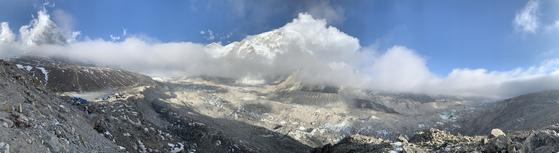 지난 3월 29일 만난 쿰부 빙하. 히말라야에서는 오후만 되면 이렇게 구름이 낀다. 복사열 때문이다. 왼편에 보이는 마을은 고락셉이다. 쿰부 히말라야=김홍준 기자
