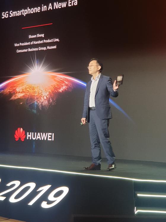 16일 중국 선전에서 열린 '화웨이 글로벌 애널리스트 서밋(HAS) 2019'에서 숀 셩 화웨이 컨슈머 비즈니스 부문 스마트폰 사업부 부사장이 무대위에서 화웨이 폴더블폰 '메이트X'를 소개하고 있다. 선전=김경진 기자