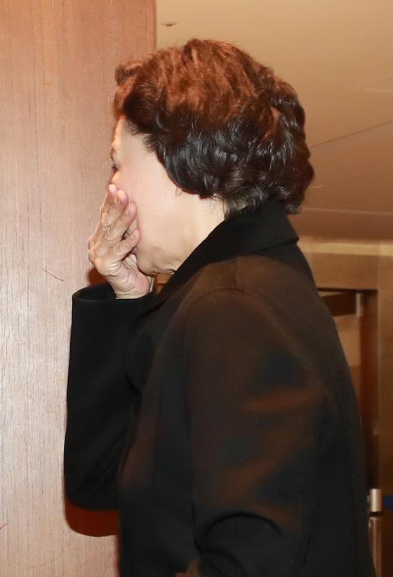 고(故) 조양호 회장 부인인 이명희 전 일우재단 이사장이 15일 오후 서울 서대문구 신촌세브란스 병원에 마련된 조양호 한진그룹 회장의 빈소로 들어가고 있다. [연합뉴스]