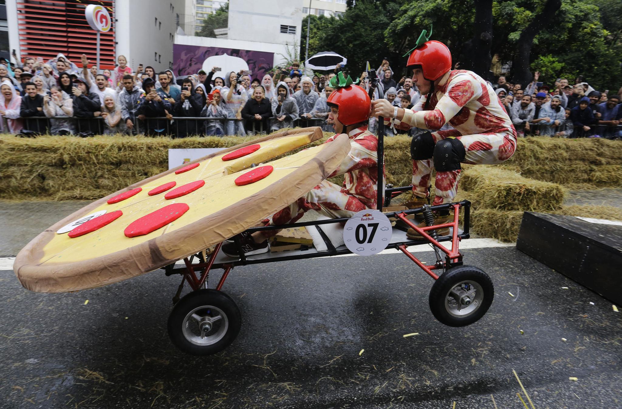 [서소문사진관] 피자와 샌들이 달린다? 기상천외 무동력 차들의 질주
