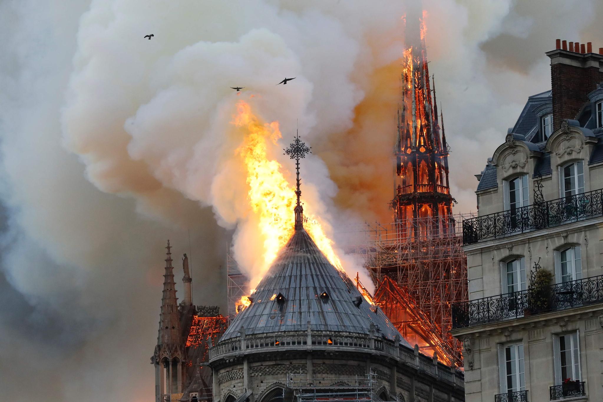 15일(현지시간) 프랑스 파리 노트르담 대성당에서 화재가 발생해 지붕과 첨탑이 붕괴하는 등 큰 피해가 발생했다.[AFP=연합뉴스]