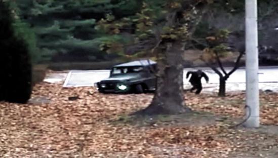 2017년 11월 JSA를 통해 귀순한 북한군 병사가 지프에서 내려 남한을 향해 달리는 모습. [연합뉴스]