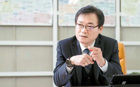 지난 12일 경기도 성남시 한국정보통신기술협회 표준화본부장실에서 만난 구경철 본부장이 블록체인 표준화가 필요한 이유에 대해 설명하고 있다. 프리랜서 김동하