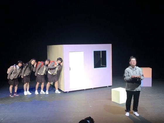 4.16 가족극단 '노란리본'의 공연 모습. 세월호 희생 학생, 생존 학생 어머니들이 연기하고 있다. [사진 노란리본 제공]